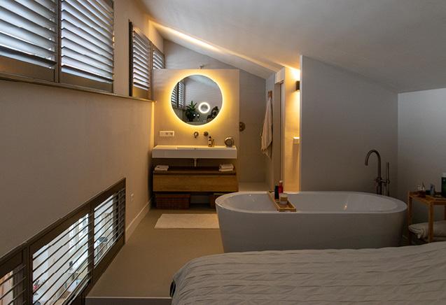 zwarte gietvloer badkamer